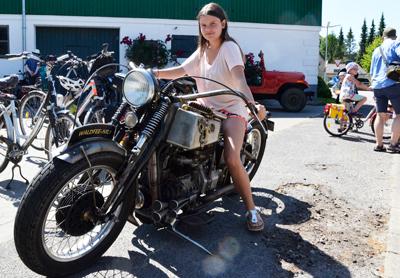 Das Foto zeigt ein Kind auf einem großen Motorrad. Aufgenommen auf dem Schleidörfertag 2018.