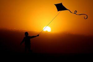 Das Bild zeigt einen fliegenden Drachen.