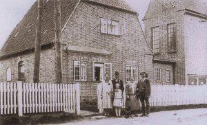 Familie Kock vor dem Haus in der Schleidörferstraße 34