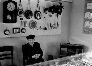Uhrmacher Julius Tüxen in seinem Verkaufsladen