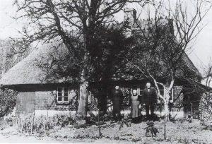 Abgebrochenes Haus in Hagab mit den Bewohnern Heinrich und Anita Clausen