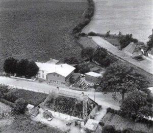 Stellmacherei mit Sägegatter, Arbeiterwaohnhaus Lass, im Hintergrund Haus Glatry.