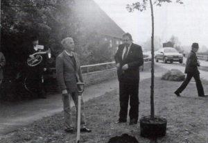 Timo Jarratsch beim Setzen einer Eich anlässlich der Wiedervereinigung 1990.