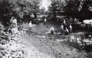 Foto aus dem Jahre 1932: Reinigung des Dorfteiches