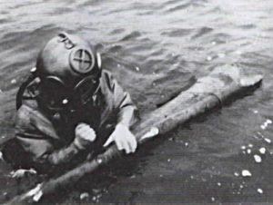 Im Wasser: Taucher E. Schwendt. Foto: Bauer