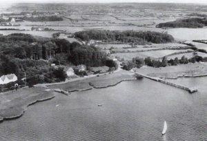 Die alte Dampferbrücke in Ulsnis auf einer historischen Luftaufnahme.